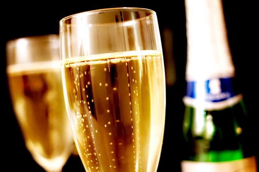 Un anniversaire réussi avec des étiquettes de bouteilles de champagne personnalisées !